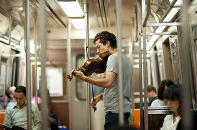 Joshua Bell memainkan biola seharga 3.5 juta dollar di kereta bawah tanah AS. Sumber: www.peaceformeandtheworld.ning.com