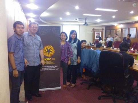 Nezatullah (pelaku kewirausahaan sosial Nara Kreatif, Peserta Program Inkubasi Bisnis UKM Center FEUI), Dr Rory Duff (narasumber diskusi), Dewi Meisari (Dosen Koperasi FEUI), dan Zahra Murah (Dosen Kebijakan Keuangan Mikro FEUI)